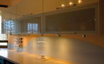 Piese de mobilier din sticla Sticla este un element unic atunci cand este folosit in realizarea de mobilier. Saint Gobain Glass pune la dispozitie sticla pentru crearea mobilierului perfect