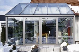 Terase, balcoane, verande Terasele si balcoanele fac legatura intre spatiul interior si cel exterior. Saint Gobain Glass va ofera sticla ideala pentru a face posibila aceasta trecere.