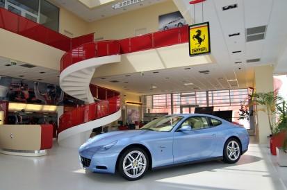 Scara interioara cu balustrade din sticla Ferrari Showroom Scara interioara cu balustrade din sticla