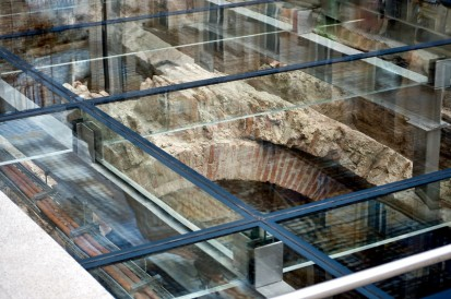 Pardoseala sticla deasupra ruinelor hanului Serban Voda Hanul Serban-Voda Pardoseala sticla deasupra ruinelor hanului Serban Voda