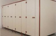 Cabine sanitare si vestiare din panouri HPL Cabinele sanitare SANI-CAB sunt constructii autoportante masive alcatuite din panouri de HPL fabricate din rasini termostabilizate, ranforsate omogen cu fibra celulozica.