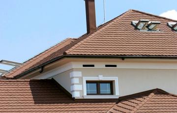 Tigla metalica cu acoperire de piatra naturala  Acoperisurile DECRA imbina perfect avantajele acoperisurilor de tigla clasica cu calitatile acoperisurilor din tigla metalica.