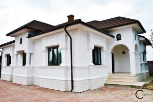 Profile ornamentale pentru exterior, fatade Ornamentele pentru exterior Coartco sunt acoperite cu un strat mineral grunjos si usor elastic. Stratul mineral este alcatuit din praf de marmura, nisip si diversi lianti.
