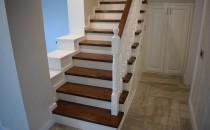 Scari din lemn masiv in Brasov MC PRO realizeaza la comanda scari de interior din stejar sau fag in diverse culori cat si placari de scari, balustri sau stalpi.