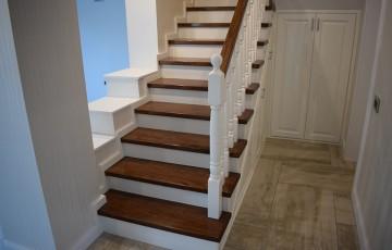 Scari din lemn masiv MC PRO realizeaza la comanda scari de interior din stejar sau fag in diverse culori cat si placari de scari, balustri sau stalpi.