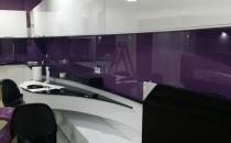 Sticla vopsita Geamul vopsit se realizeaza prin aplicarea pe suprafata sticlei a unui strat de vopsea poliuretanica, prin pulverizare. Sticla vopsita reprezinta in prezent un element ideal pentru a da culoare.