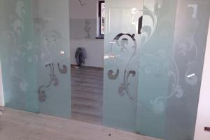 Sticla sablata Geamul sablat este o sticla mata cu aspect inghetat putand fi realizata pe toata suprafata sticlei sau cu model, este utilizat in domeniul constructiilor, amenajarilor interioare, in pictura si decoratiuni.