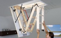 Scari pentru acces pod Scarile FAKRO au un design imbunatatit. Montajul simplificat reduce chiar cu 30% timpul necesar acestei operatiuni. Pot fi montate cu usurinta chiar si de o singura persoana.