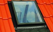 Ferestre de mansarda Ferestrele de mansarda OptiLight sunt produse de top, fabricate din materie prima de cea mai bună calitate, pe baza celor mai noi tehnologii, ceea ce asigura trainicie si eficienta.