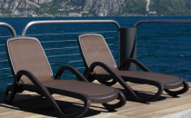 Sezlonguri TREND FURNITURE va ofera sezlonguri cu cadru metalic acoperite fie cu textilina, fie cu impletitura de ratan sintetic si perne, se preteaza pentru spatii elegante, precum piscinele hotelurilor cu design clasic sau contemporan.