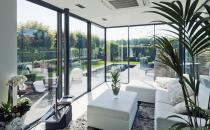 Ferestre din sticla pentru verande moderne, sere si gradini de iarna  Ferestrele minimale pentru verande moderne de la CYSTAR GLASS, cu minim de profil, fixe sau glisante, in combinatie cu acoperisul plat (flat roof), creeaza un spatiu unic.