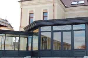 Ferestre din sticla pentru verande, sere si gradini de iarna Verandele de la CYSTAR GLASS sunt spatii de locuit, cu pereti si tavan de sticla, o extensie cu aspect de sera.