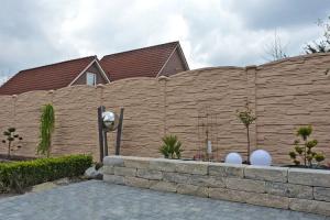 Garduri din beton, capace de gard si boltari Gardurile de beton sunt o solutie ideala pentru o imprejmuire elegant, solida, usor de intretinut si mult mai economica.