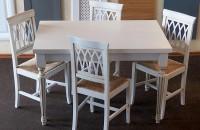 Mese si scaune pentru bucatarie Mesele pentru bucatarie oferite de Solo Mobili se pot finisa si personaliza in culoarea dorita. Scaunele pot avea sezut din ratan, tapitat sau din lemn.