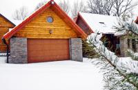 Usi de garaj Usile de garaj WAYNE DALTON sunt fabricate din panouri de otel in relief umplute spuma poliuretanica ecologica, disponibile in trei variante de culoare: alb, maro si stejar auriu