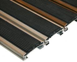 Stergatoare de picioare - sistem inchis Stergatoarele profesionale din gama EU-Nicesunt realizate din profile de aluminiu eloxat cu grosimea de cu insertii din diverse materiale.