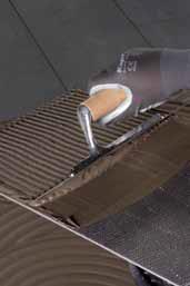 Aplicarea adezivului pe spatele placii - Exemple de aplicare a gresiei portelanate subtiri pe pardoseala