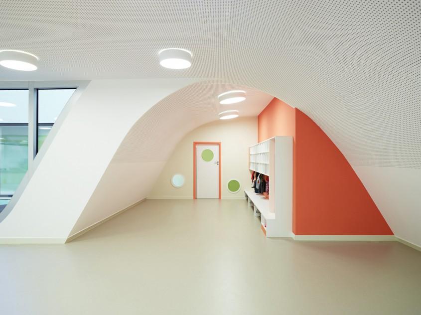 Gradinita Origami - Un acoperis verde intre doua cladiri de birouri mascheaza spatiile unei gradinite
