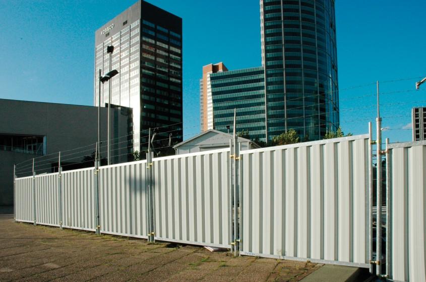 Stalpi cu extensie si sarma ghimpata - Delimitarea organizarilor de santier urbane