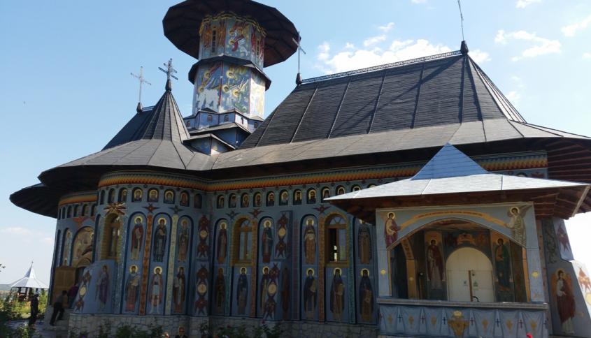 Pictura exterioara reprezentand doar sfinti romani - Lucrarile Expo Test Construct continua la Manastirea Alexandru Vlahuta
