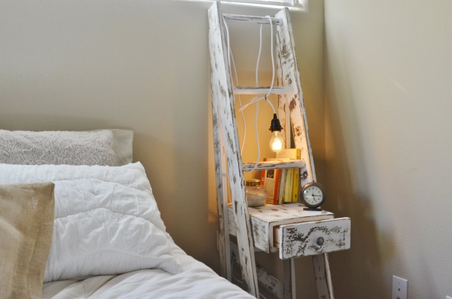 O scara mica in loc de noptiera - Cu ce poți înlocui o noptieră? Idei pentru un dormitor deosebit