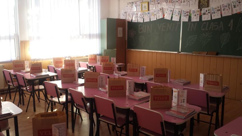 VELUX Romania doneaza rechizite - VELUX România donează rechizite pentru elevii clasei I dintr-o școală din