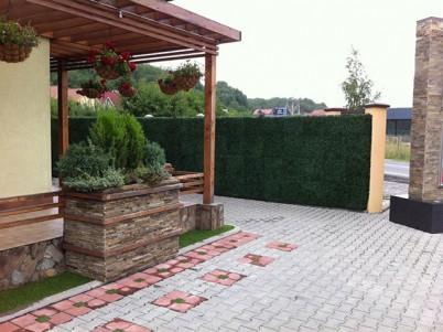Curte cu gard verde artificial - Proiecte realizate cu produse GREEN LEAVES
