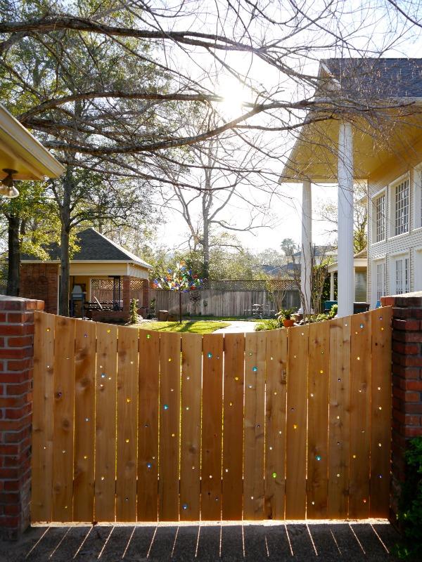 Gard decorat cu bile de sticla - Cateva idei altfel pentru garduletele decorative de gradina