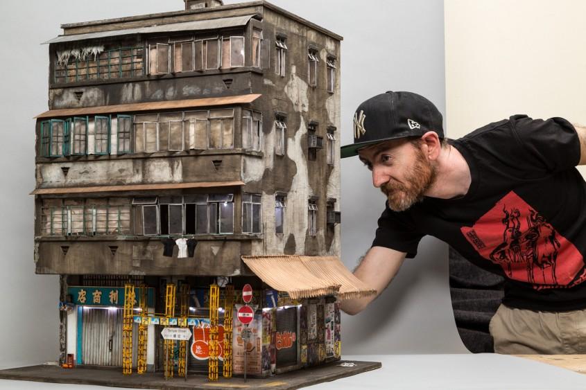 Artistul Joshua Smith langa una dintre lucrarile sale hiperrealiste - Miniaturi hiperrealiste ale aspectelor urbane ce