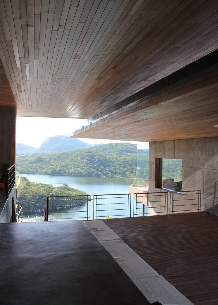 O casa pe versantul stancos al unui lac de acumulare - O casa pe versantul stancos