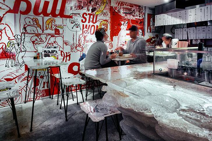 Un restaurant decorat cu mii de cabluri si fire acrilice - Un restaurant decorat cu mii