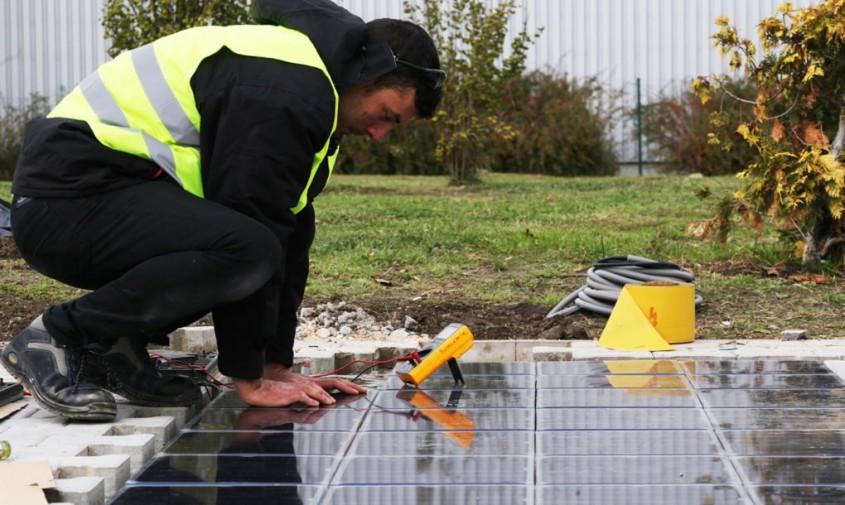Panouri solare pe trotuar care pot încărca mașinile electrice - Panouri solare pe trotuar care pot