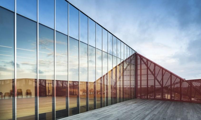 "Centrul Cultural ""La Hague"" - Centrul Cultural ""La Hague"" exterior din oglinzi si interioare finisate in"