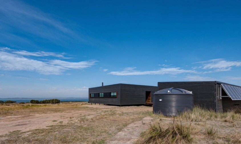 O casa izolata pe o insula functioneaza integral cu energie solara - Casa izolata pe o