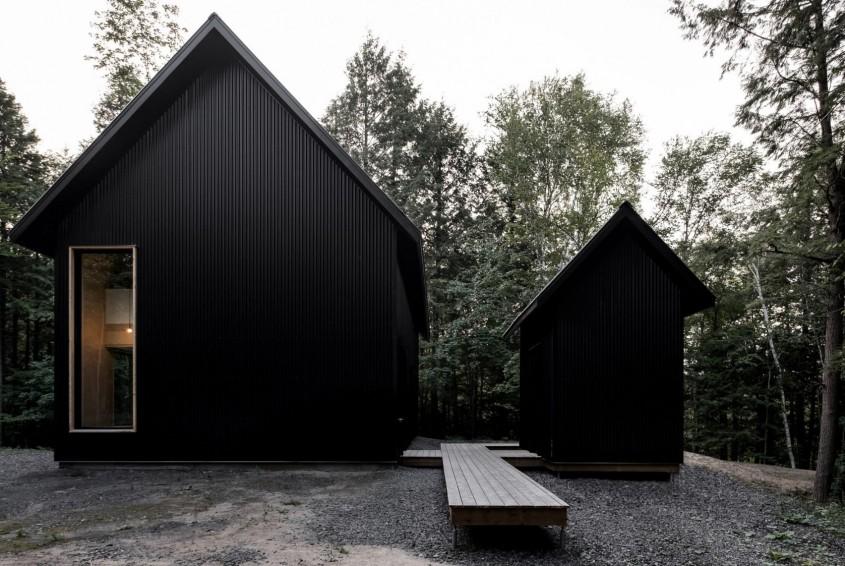 O casă neagră din metal se ascunde într-o pădure din Quebec - O casă neagră din