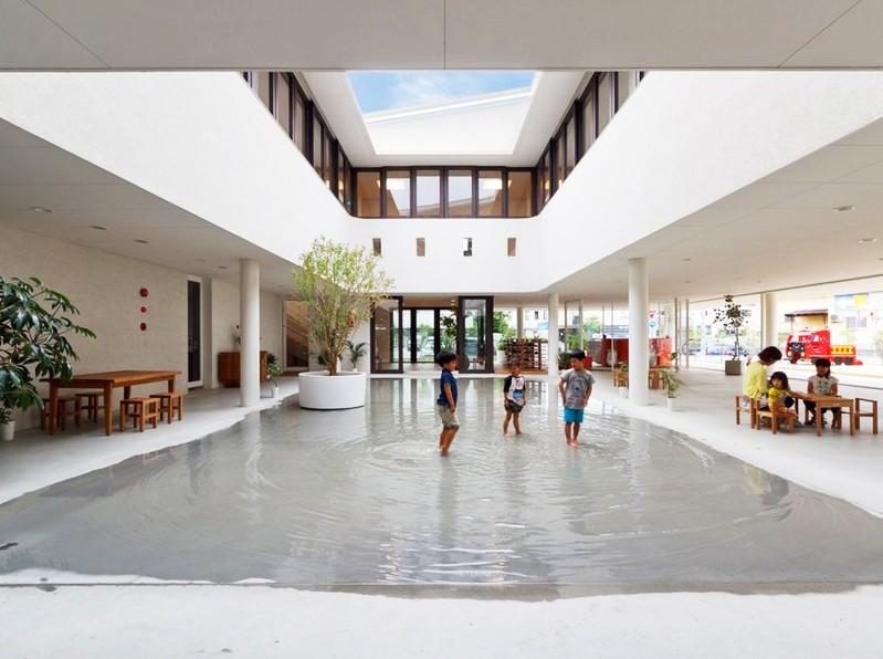 O gradinita unde copiii se joaca in apa de la ploaie - O gradinita unde copiii
