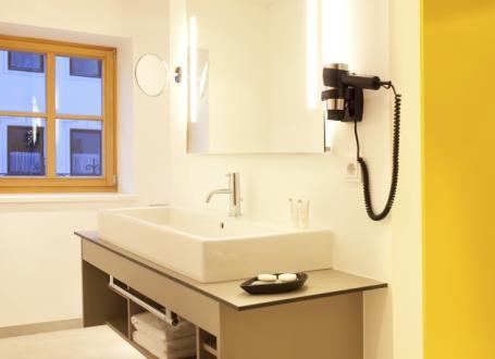 Laminatul compact este utilizat in camere cu umiditate relativa - O ambianta naturala si moderna a