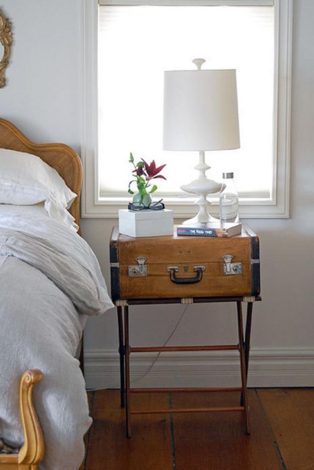 Valize in loc de noptiera - Cu ce poți înlocui o noptieră? Idei pentru un dormitor