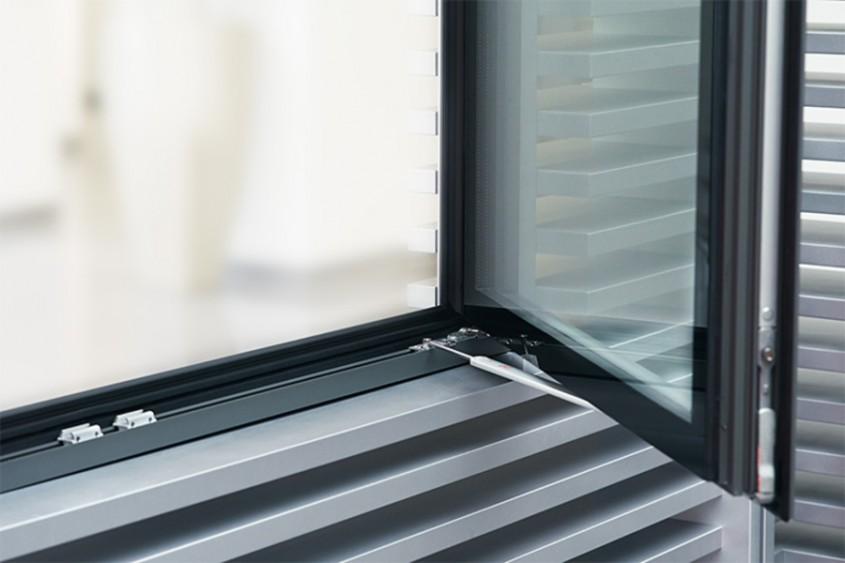Limitator de deschidere cu frana si element cercevea - Roto AL feroneria universala pentru ferestre si
