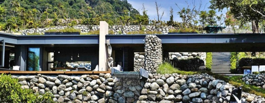 Casa la malul marii facuta din piatra gasita pe teren - Casa la malul marii facuta