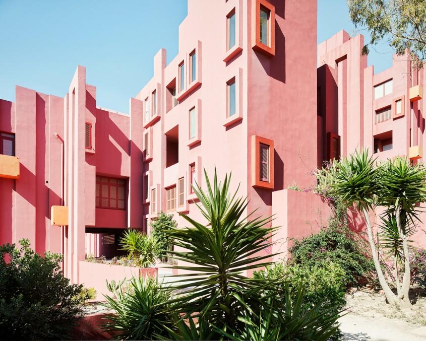 La Muralla Roja - 7 arhitecți cărora nu le-a fost frică de culoare