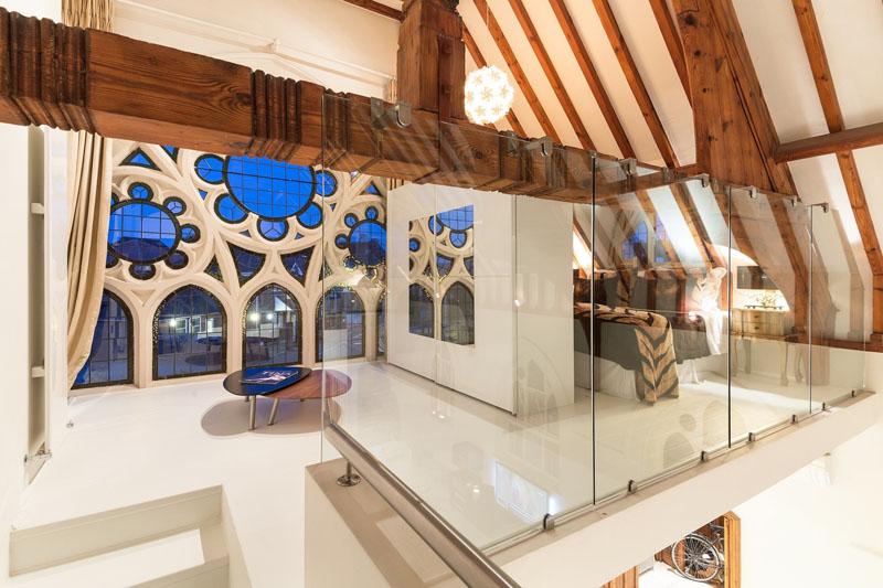 O veche biserică a fost transformată într-o casă luminoasă cu stil contemporan - O veche biserică a fost transformată într-o casă luminoasă cu stil contemporan