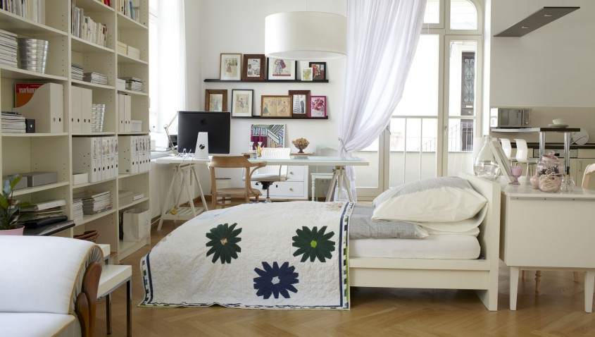 astounishing-decorating-for-small-bedroom-design-ideas-displaying-wonderfull-white-marple-wooden-bedframe-and-cute-solid-suport-wall-bookcase-furnished_decorate-a-studio-a - Soluții inteligente pentru economisirea spațiului din garsoniere