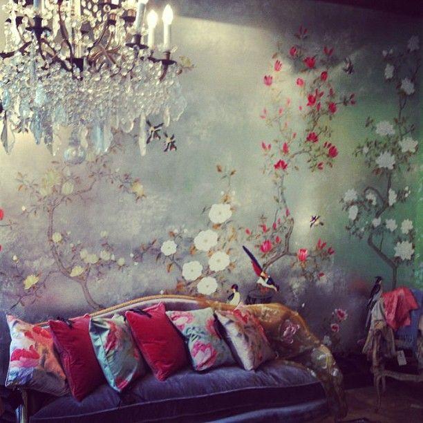 Tapiserie pictata manual si aplicata pe perete - Ce inseamna luxul?