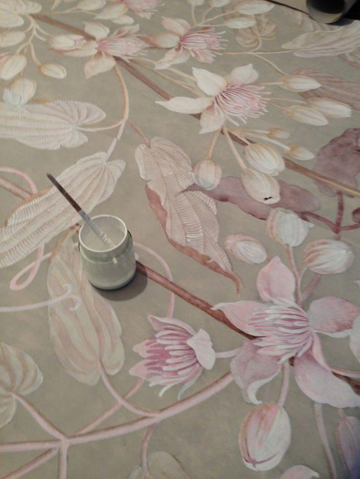 Detaliu de pictura pe o tapiserie pentru perete, - Ce inseamna luxul?