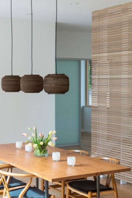 Un perete secționat din lemn cu rolul de a delimita spațiul din casă - Un perete secționat din lemn cu rolul de a delimita spațiul din casă
