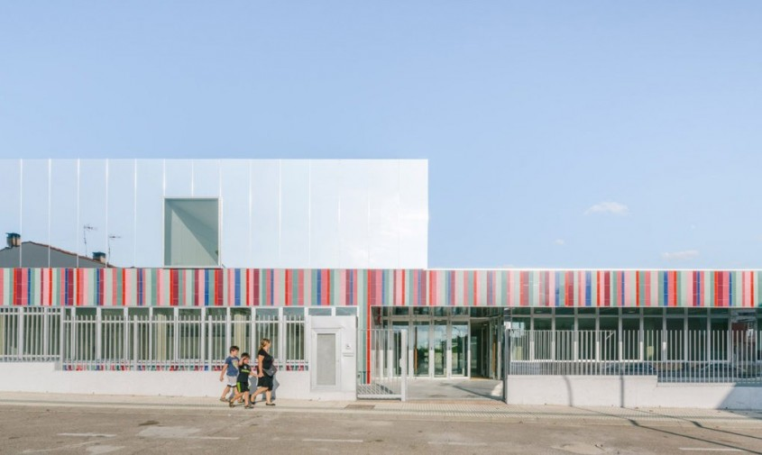 O scoala colorata ce pare ca dispare in orizont - O școală colorată ce pare că