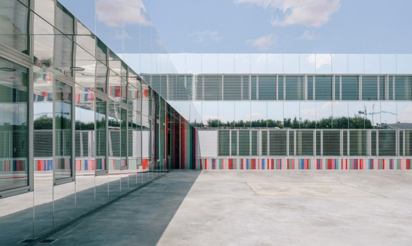 O scoala colorata ce pare ca se dizolva in orizont - O școală colorată ce pare