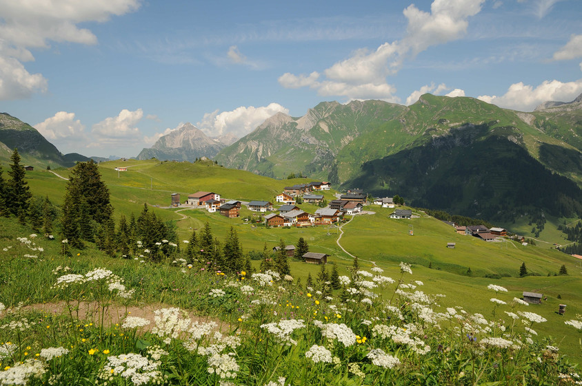 Un sat de munte devine punct de referință pentru ecologie - Un sat de munte devine