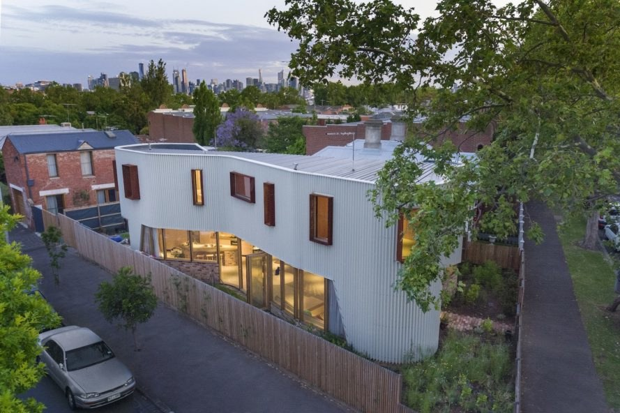 Casa True North by TANDEM Design Studio  - Un vechi grajd transformat într-o casă cu forme unduitoare